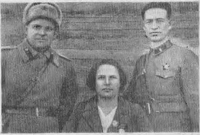 Знатная звеньевая — картофелевод Кузбасса А. К. Юткина среди фронтовиков. Март, 1943 год