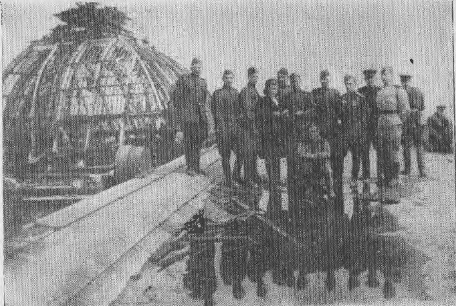 Группа воинов сибиряков в поверженном Берлине