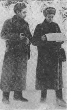 Командир прославленной 32-й стрелковой дивизии полковник В. И. Полосухин (слева) и комиссар дивизии А. Мартынов.