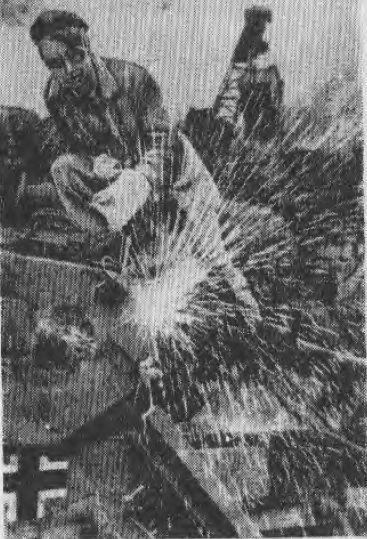Разделка трофейной немецкой военной техники на скрапном дворе Кузнецкого комбината