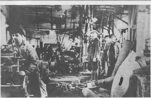 """Фото 15. Механический цех шахты """"Центральная"""". Руководитель мастерских бельгиец Ван Доорн (в центре)"""