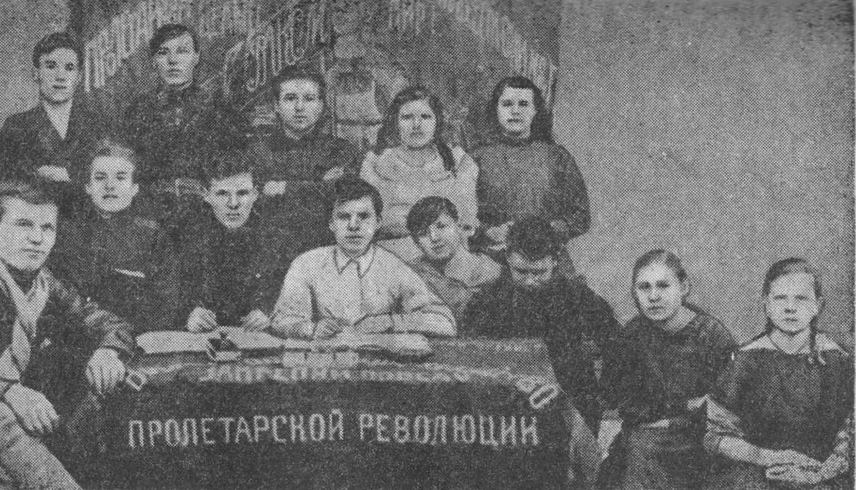 Комсомольская ячейка, 1922 год. Крайний слева — В. М. Лаптев